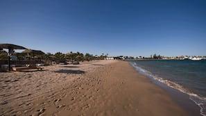 Plage privée, chaises longues, parasols, massages sur la plage