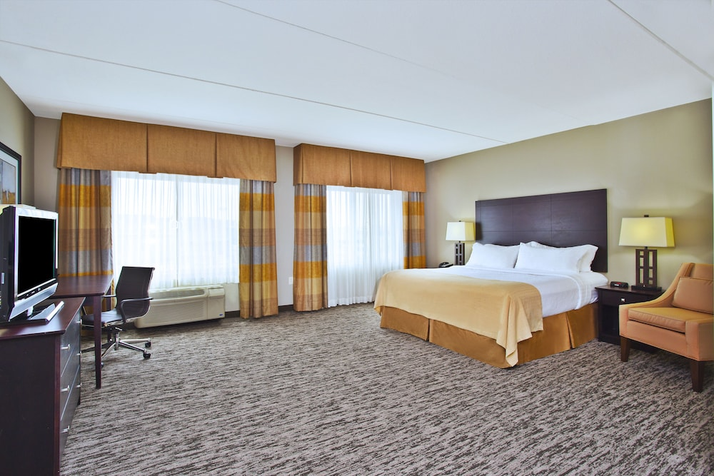Room, Holiday Inn & Suites Green Bay Stadium, an IHG Hotel