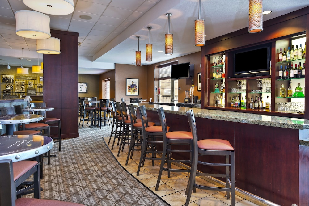 Bar, Holiday Inn & Suites Green Bay Stadium, an IHG Hotel