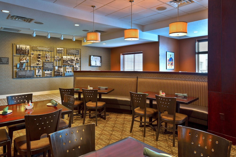 Breakfast Area, Holiday Inn & Suites Green Bay Stadium, an IHG Hotel