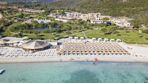 Playa privada, arena blanca, tumbonas y sombrillas