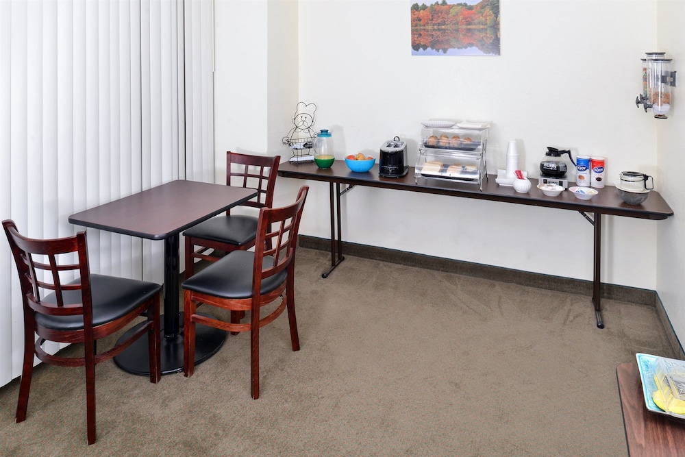 Breakfast Area, Americas Best Value Inn & Suites Winnie