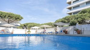 Una piscina al aire libre de temporada (de 10:00 a 20:00), sombrillas