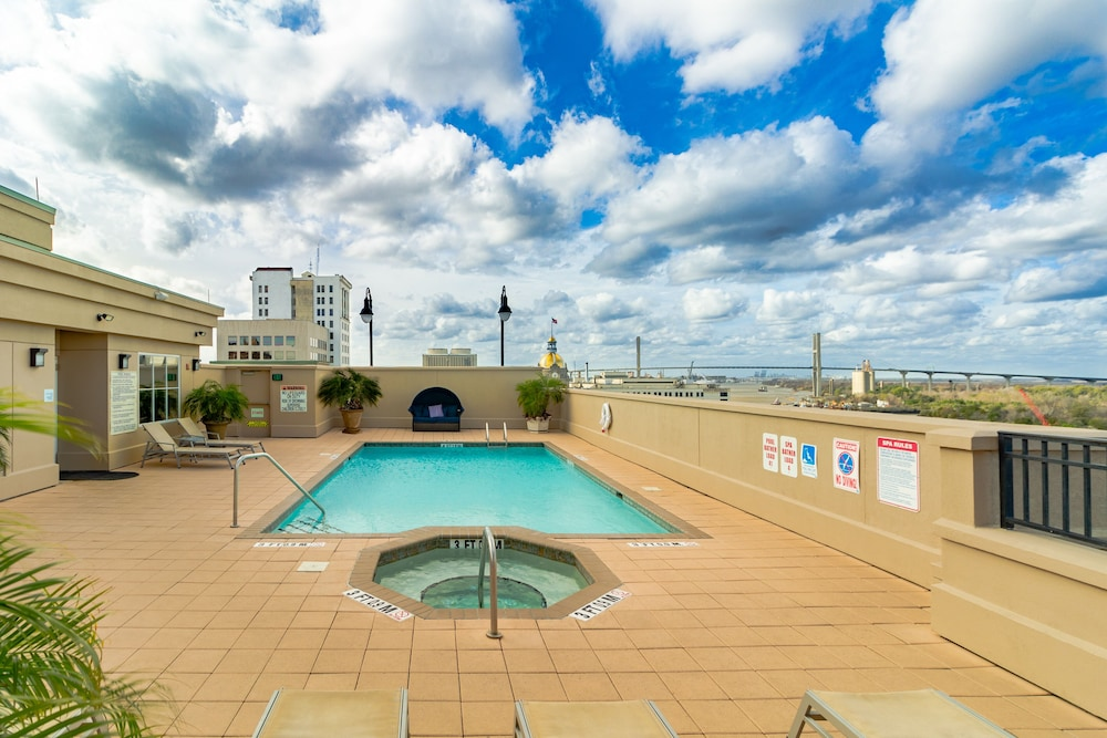 Rooftop Pool, Holiday Inn Express Historic District