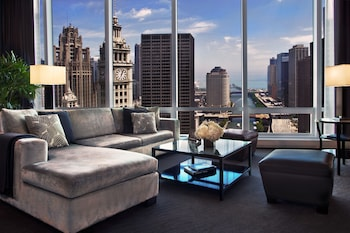 Deluxe Suite, 1 King Bed, Lake View (Grand) - Living Room