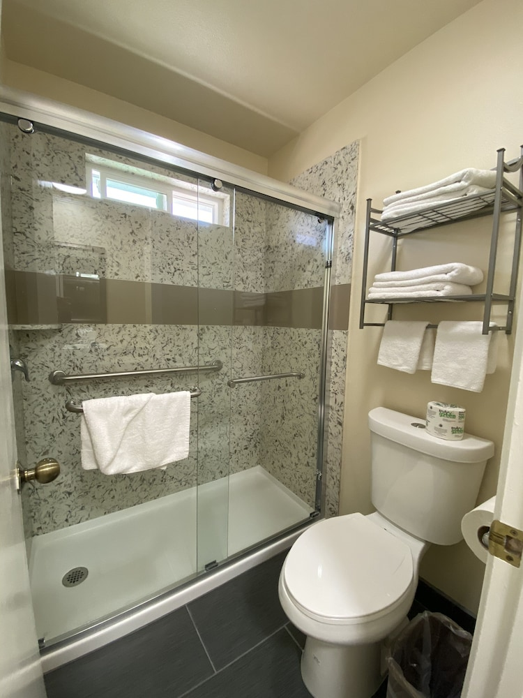 Bathroom, Beachwalker Inn and Suites