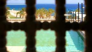 4 piscinas externas, funciona das 9h00 às 17h00, guarda-sóis