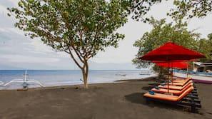 Pantai pribadi dan pasir hitam