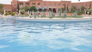2 piscine coperte, 2 piscine all'aperto, ombrelloni da piscina, lettini