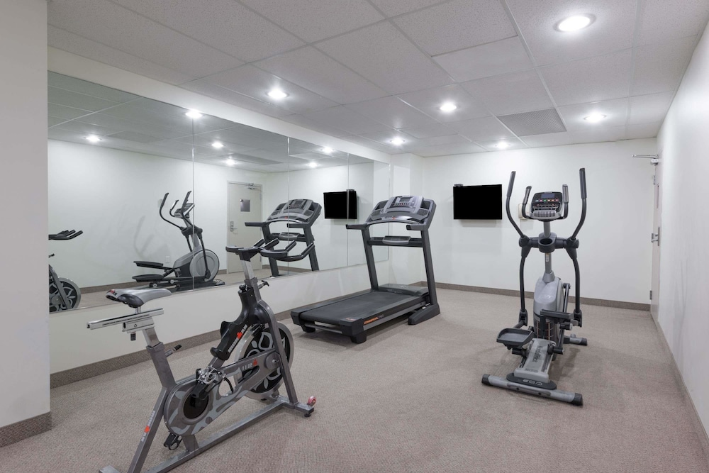 Fitness Facility, Super 8 by Wyndham Downtown Toronto