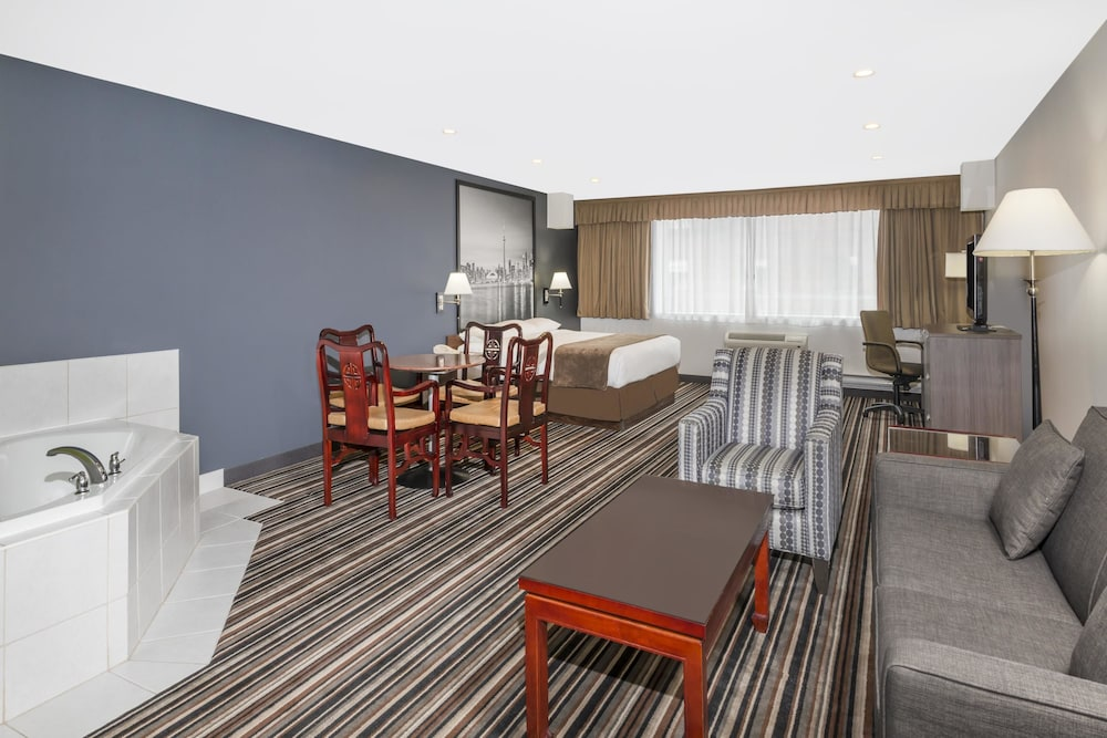 Room, Super 8 by Wyndham Downtown Toronto