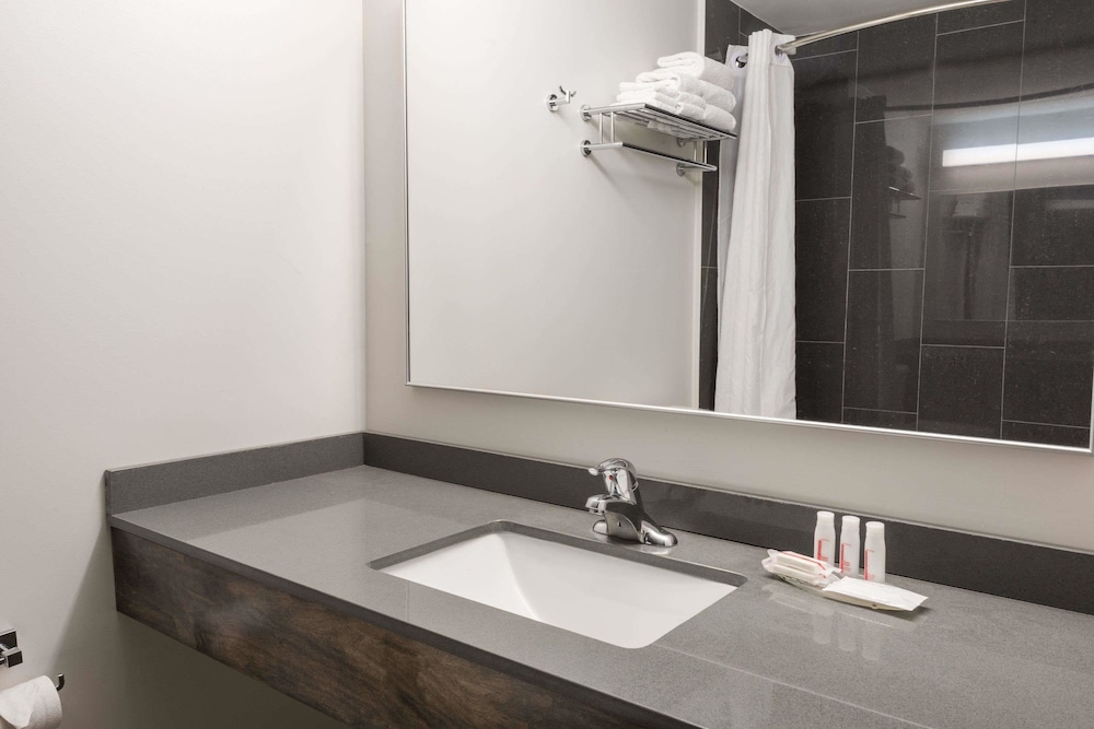 Bathroom, Super 8 by Wyndham Downtown Toronto