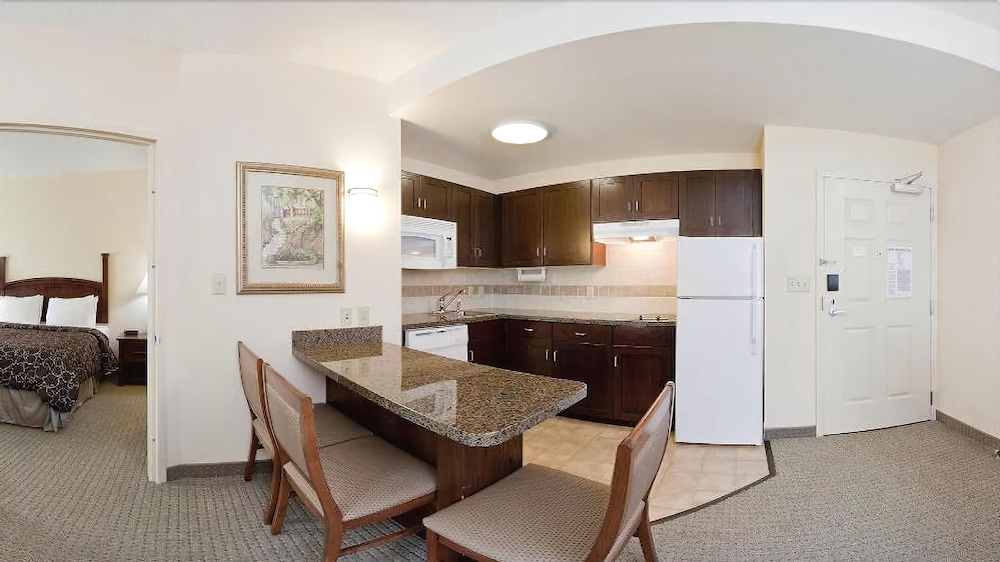 Private Kitchen, Staybridge Suites Chesapeake