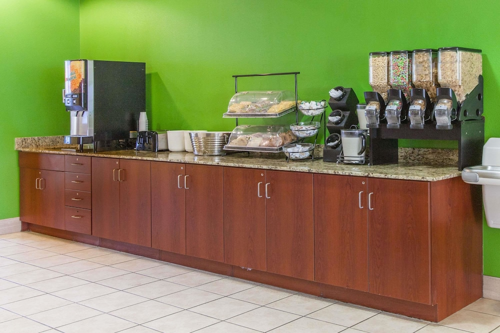 Breakfast Area, Microtel Inn & Suites by Wyndham Rogers