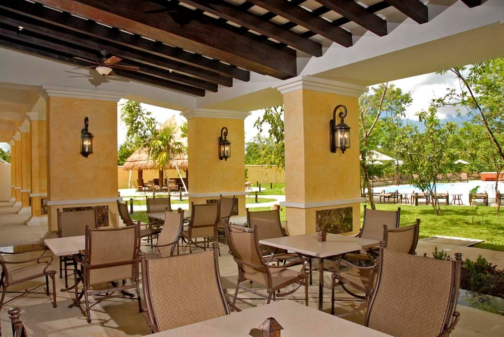 Outdoor Dining, Courtyard By Marriott Cancun Airport