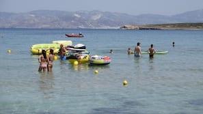 Plage, chaises longues, parasols, beach-volley