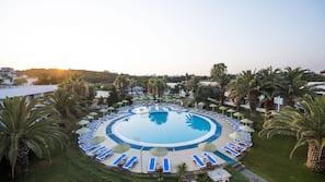 Piscine couverte, 5 piscines extérieures, cabanons gratuits