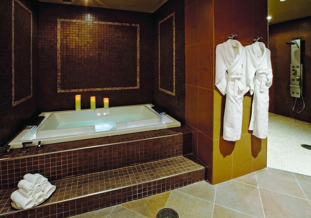 Motorcity casino hotel reviews photos rates for Hotels near motor city casino