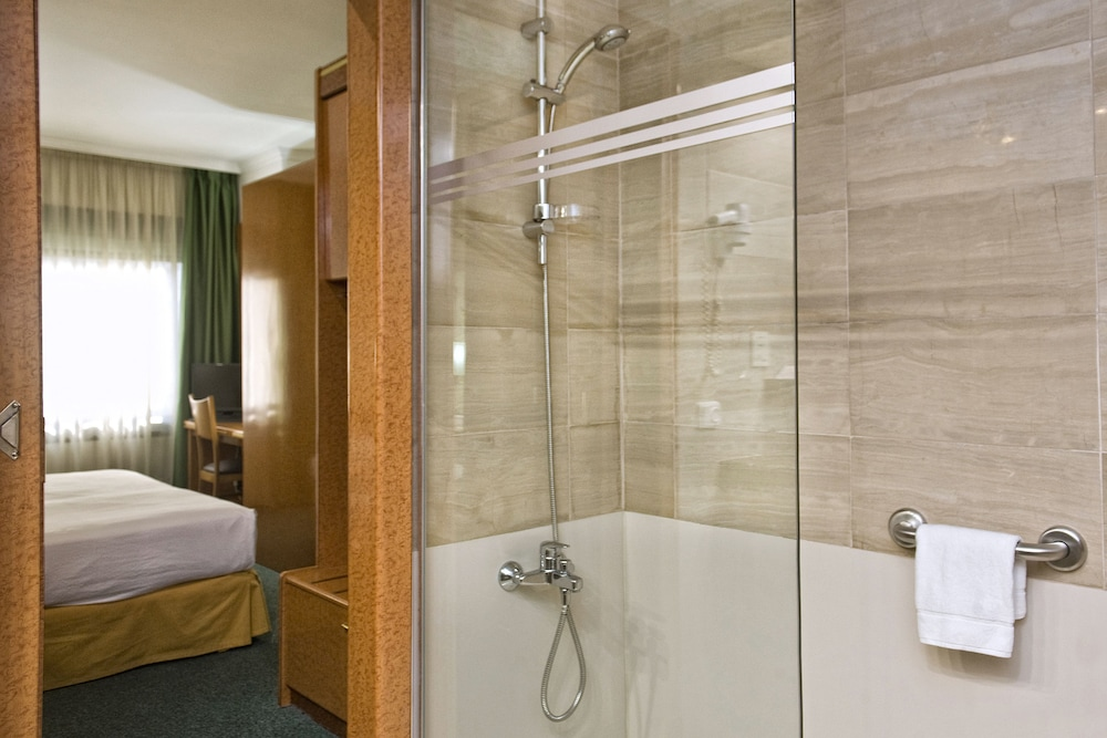 Bathroom Shower, Acacia Suite