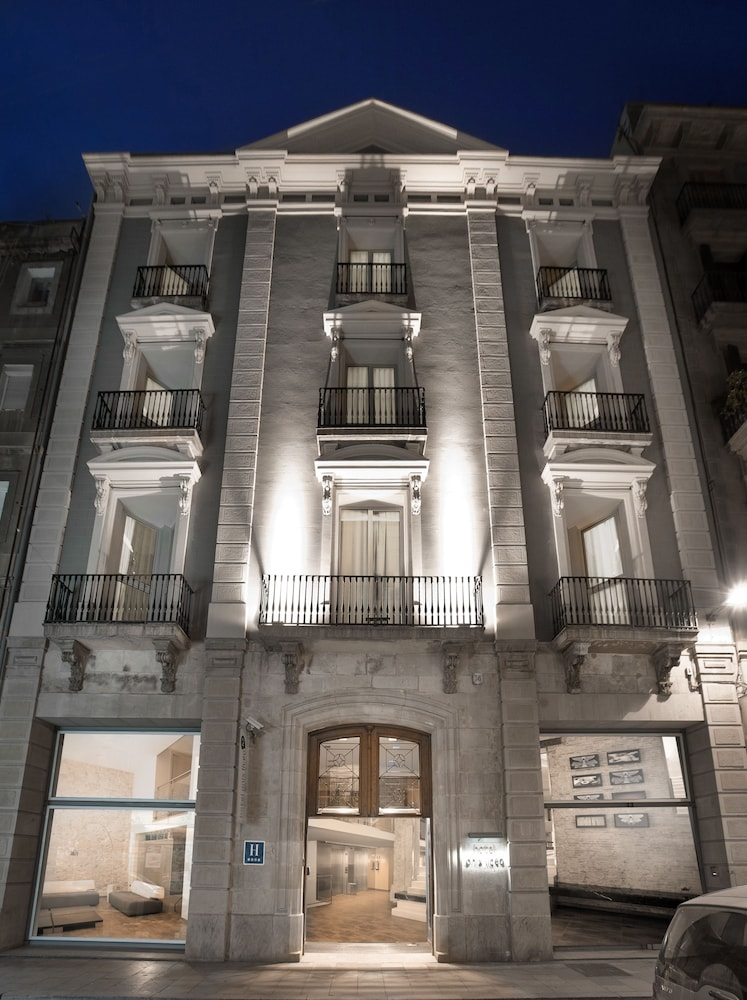 Front of Property - Evening/Night, Onix Liceo