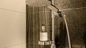 Douche, douche à «effet pluie», sèche-cheveux