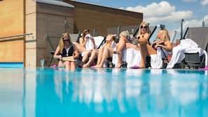 Udendørs pool, åben fra kl. 12.00 til kl. 21.00, liggestole