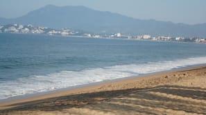Ubicación cercana a la playa y sombrillas