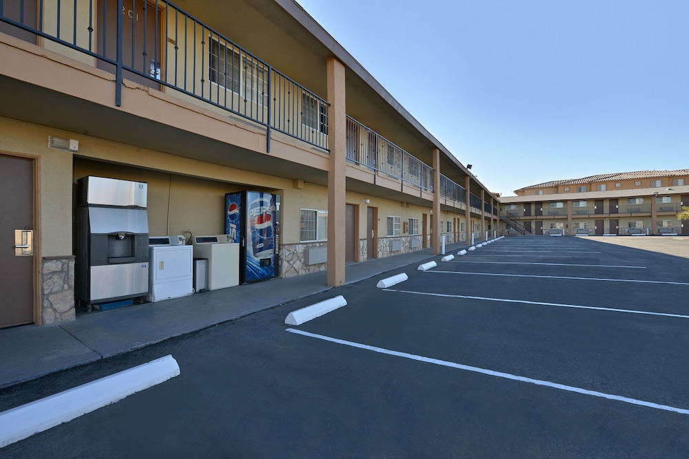 Parking, Crown Motel