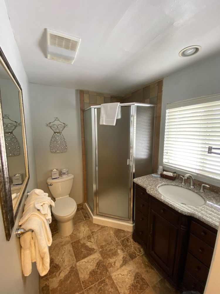 Bathroom, Heavenly Inn