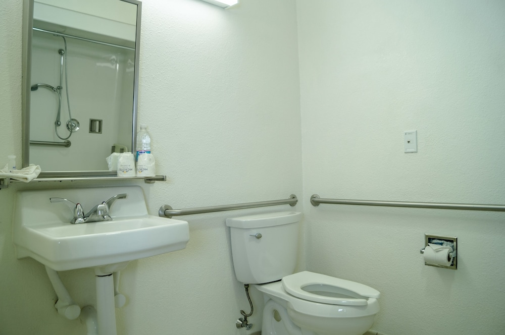Bathroom, Microtel Inn by Wyndham Ciudad Juarez/By US Consulate