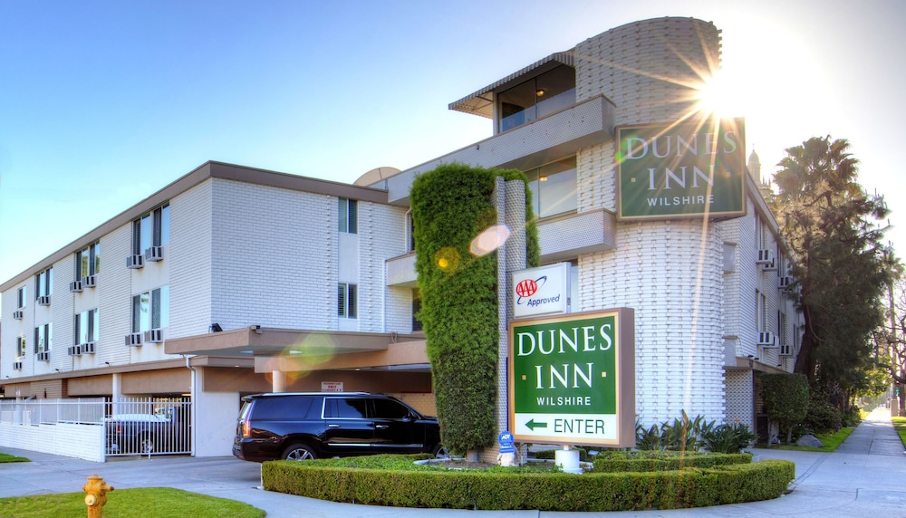 Front of Property - Evening/Night, Dunes Inn Wilshire