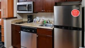 Täysikokoinen jääkaappi, mikroaaltouuni, liesi, astianpesukone