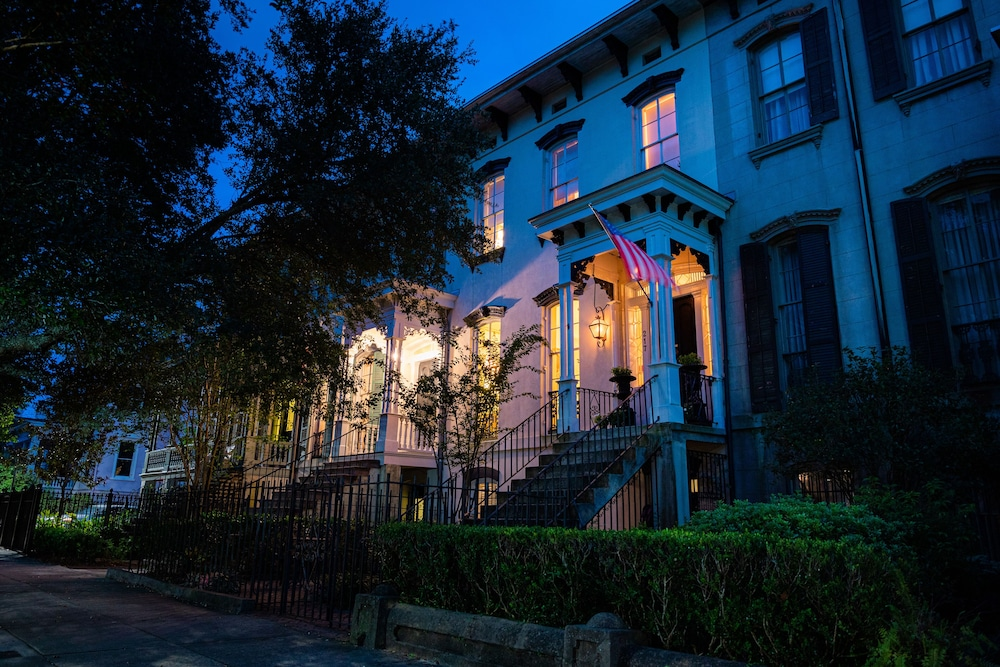 Front of Property - Evening/Night, Justine Inn Savannah