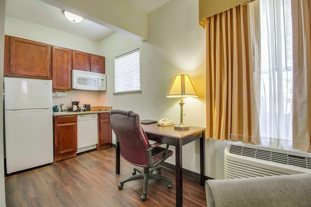 Private Kitchen, Mainstay Suites by Choice Hotels - TX Medical Ctr / Reliant
