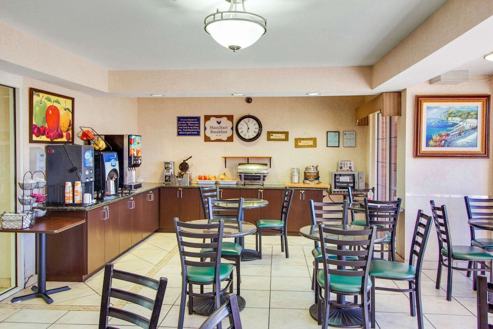 Breakfast Area, Mainstay Suites by Choice Hotels - TX Medical Ctr / Reliant