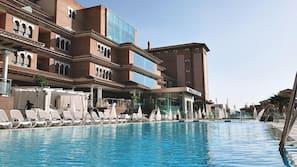 Una piscina al aire libre de temporada (de 11:00 a 20:30), sombrillas