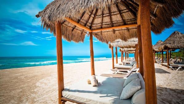 Privatstrand, weißer Sandstrand, Strandtücher, Sporttauchen