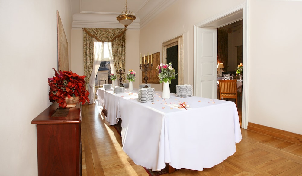 In-Room Dining, Bonerowski Palace
