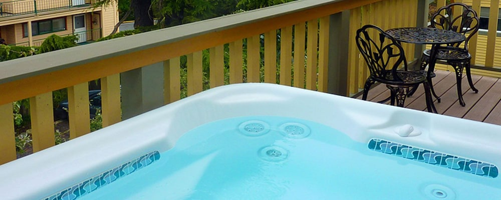 Outdoor Spa Tub, Tucker House Inn