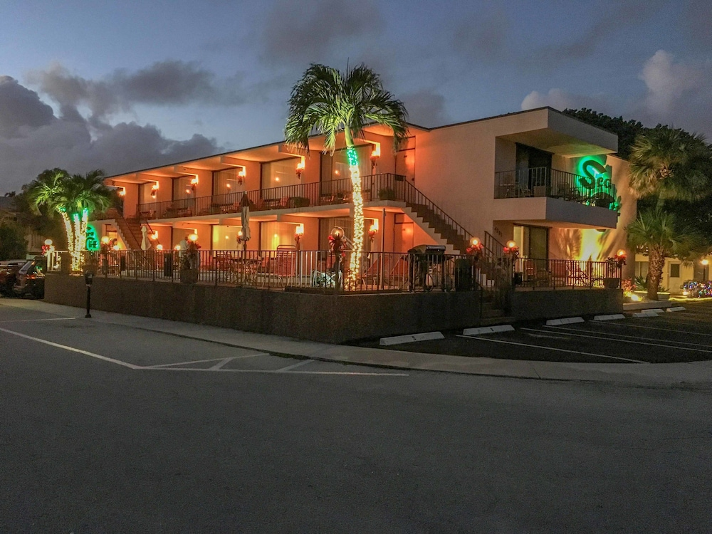 Front of Property - Evening/Night, Sea Cliff Motel