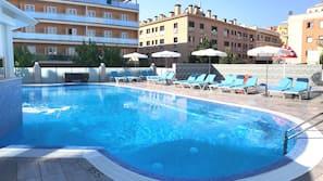 Una piscina cubierta, 2 piscinas al aire libre, sombrillas