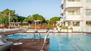 Piscine couverte, piscine extérieure, parasols de plage