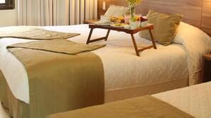 Roupas de cama antialérgicas, frigobar, cofres nos quartos, escrivaninha