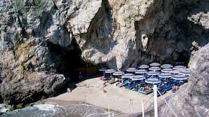 Una spiaggia nelle vicinanze, cabine (a pagamento)