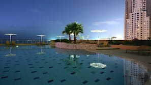Una piscina al aire libre de temporada (de 8:00 a 20:00), sombrillas