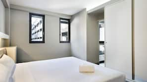 Untuvapeitot, tallelokero huoneessa, työpöytä