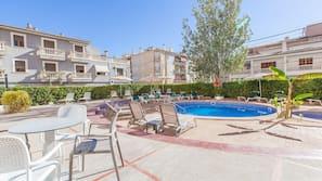 3 piscinas al aire libre (de 10:00 a 18:00), sombrillas, tumbonas