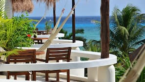 Spiaggia privata, ombrelloni, teli da spiaggia, un bar sulla spiaggia