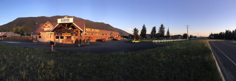 Front of Property - Evening/Night, Glacier Basecamp Lodge