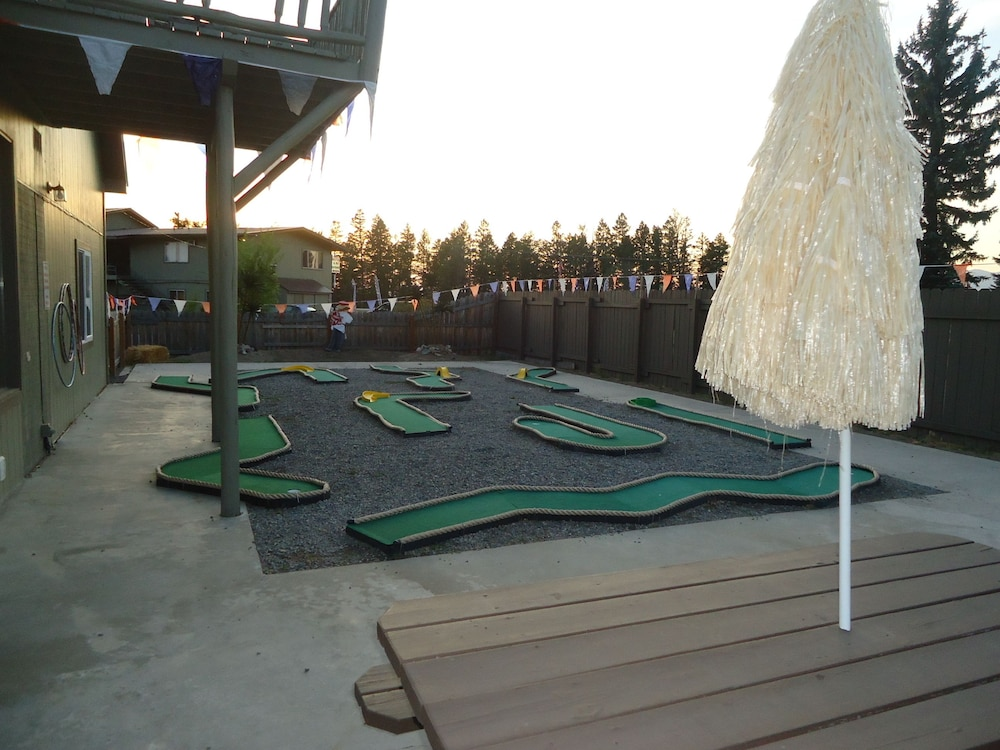 Mini-Golf, Glacier Basecamp Lodge